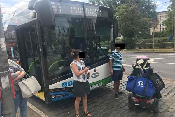 """Pani Bogumiła, znana w Szczecinie jako """"Balbina"""" nie wejdzie więcej do autobusu Komunikacji skuterem."""