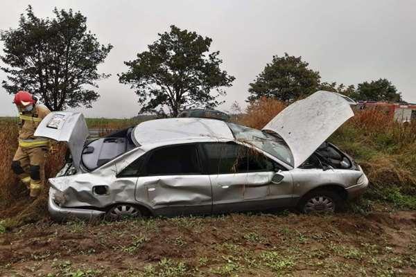 Auto wypadło z drogi kilkukrotnie dachując