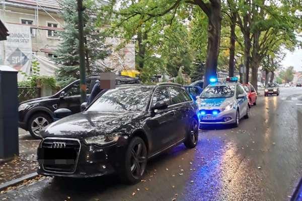 """Dziś w godzinach popołudniowych doszło do kolizji w centrum miasta, na skrzyżowaniu Alei Wojska Polskiego z ulicą Dworcową i Armii Krajowej. Poruszający się ciemnym audi kierowca z niemieckim obywatelstwem jadący od strony hotelu """"Skanpol"""" będąc na drodze podporządkowanej doprowadził do stłuczki z czerwonym hyundaiem, który poruszał się prawidłowo na drodze z pierwszeństwem przejazdu. Na szczęście nikomu nic się nie stało. Na miejsce została wezwana jednostka policji. Po oględzinach miejsca zdarzenia jednoznacznie uznano, że winien kolizji jest obywatel Niemiec i został on ukarany mandatem karnym. Na szczęście kolizja nie była na tyle duża aby utrudnić ruch w tym miejscu. Prosimy o zachowanie szczególnej ostrożności podczas jazdy, ponieważ warunki pogodowe jakie dzisiaj panują na drodze nie są korzystne. Padający deszcz może spowodować spore utrudnienia w czasie jazdy, również w takiej sytuacji kiedy jesteśmy na skrzyżowaniu może on spowodować ograniczenie widoczności stąd biorą się takie kolizję jak ta dzisiejsza."""