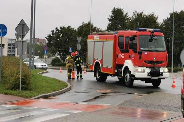 Ponad godzinę strażacy usuwali plamę oleju