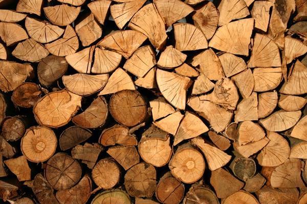 Ile czasu powinno być sezonowane drewno kominkowe?